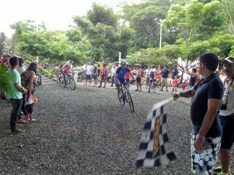 Atleta recebendo bandeirada de final de prova - Short Track Giro Radical